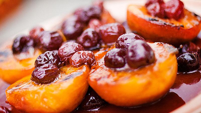 Grillowane brzoskwinie z lodami waniliowymi