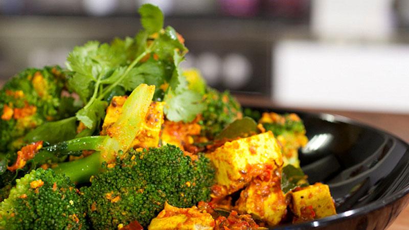 Aromatyczne bengalskie tofu z brokułami