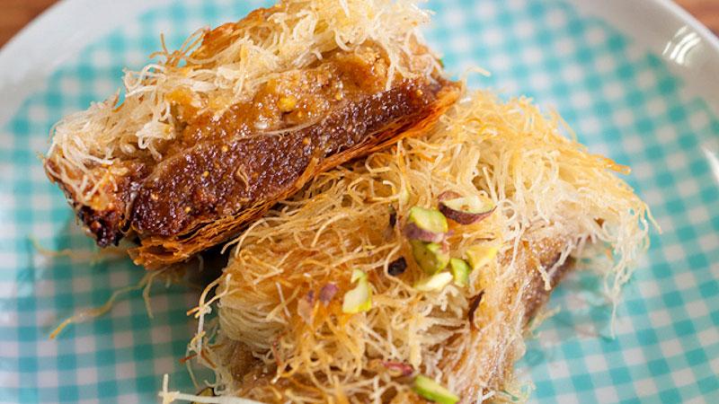 Słodkie ciasto filo z pistacjami, figami i miodową glazurą