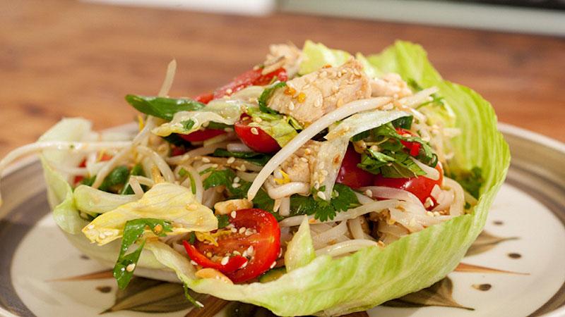 Wietnamska sałatka z makaronem ryżowym, orzechami i kurczakiem