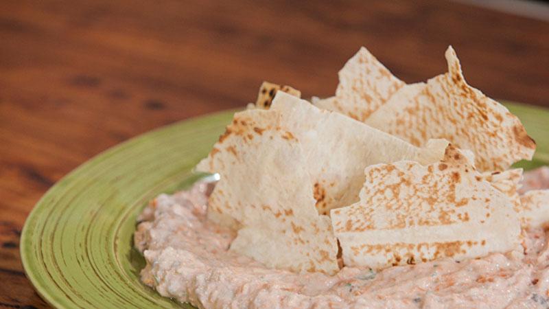 Łososiowy dip z łamanym chlebem