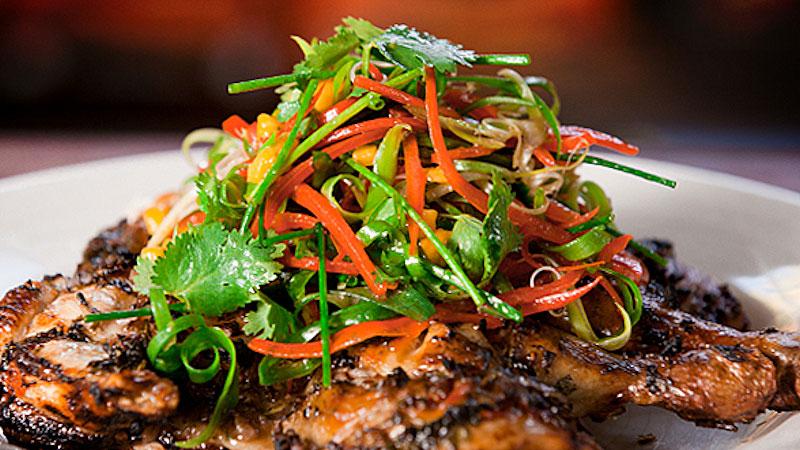 Grillowany kurczak z tropikalną marynatą i salsą