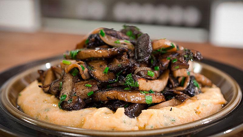 Polenta z gorgonzolą i smażonymi grzybami