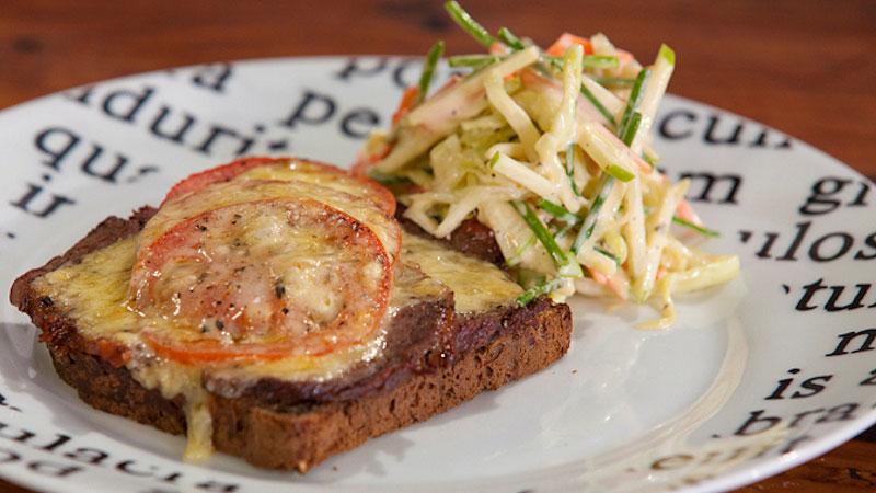 Kanapka z pieczoną wołowiną i serem oraz sałatka coleslaw z jabłkiem