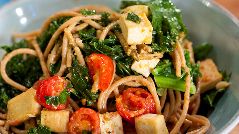 Spaghetti z wędzonym tofu i jarmużem