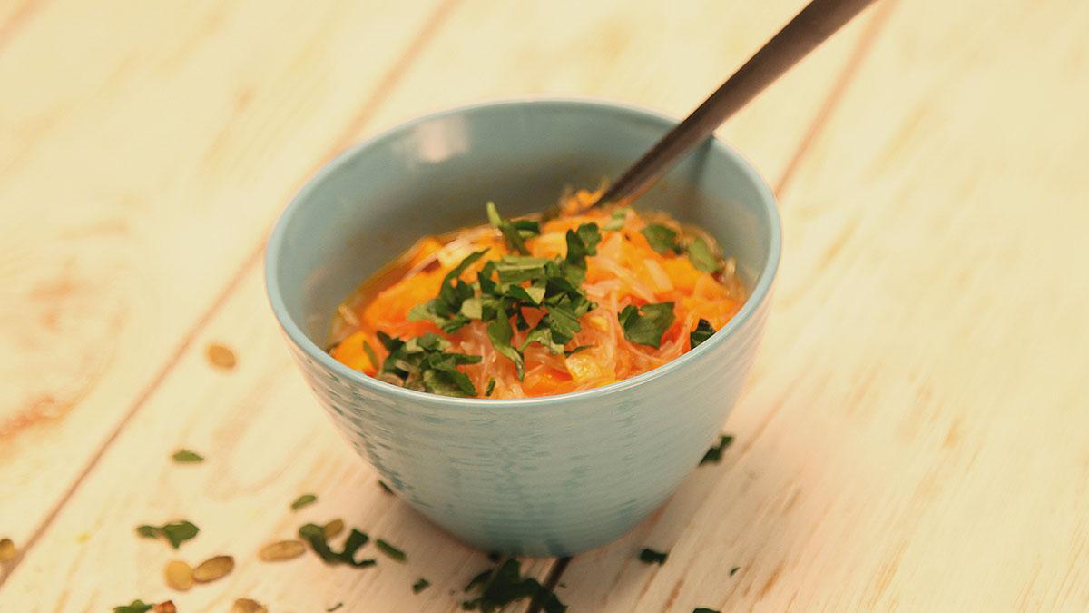 Zupa warzywna z makaronem sojowym