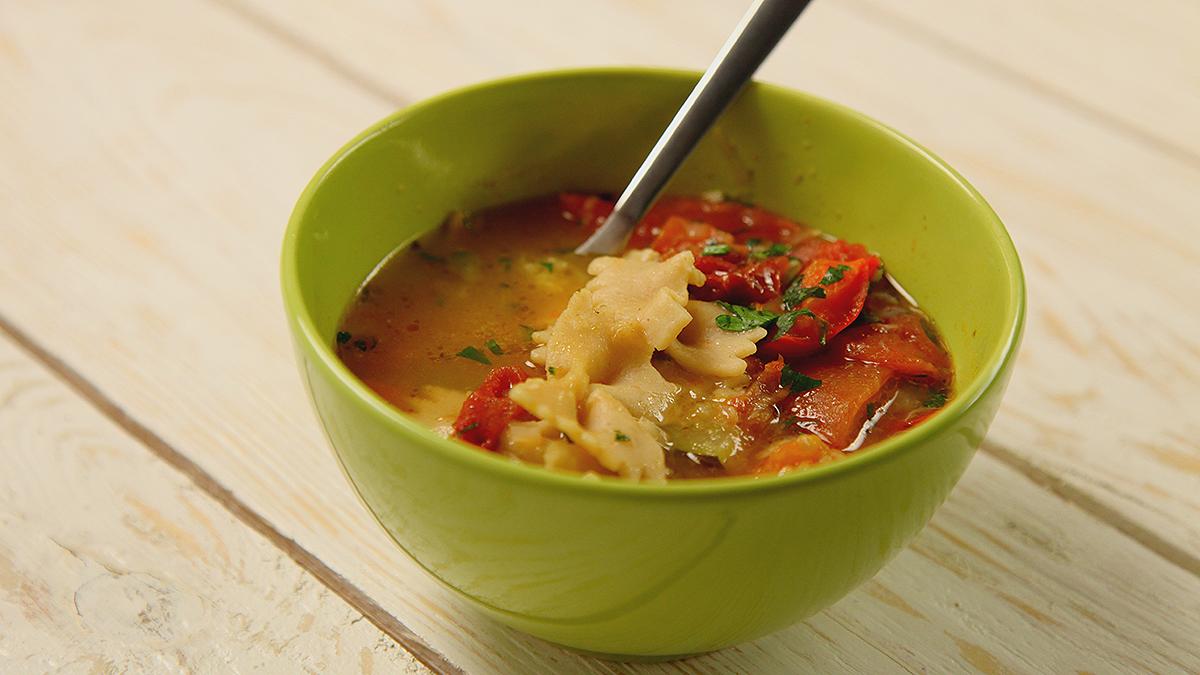 Włoska zupa z oliwkami i makaronem