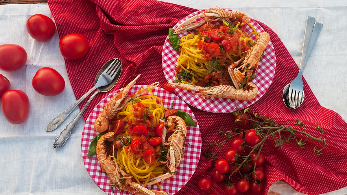 Spaghetti z langustynkami w sosie pomidorowym