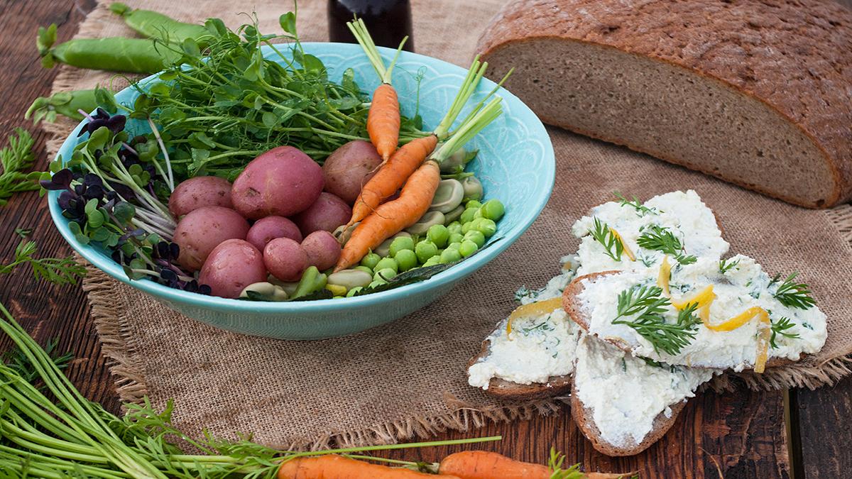 Sałatka z warzyw i grillowanego sera
