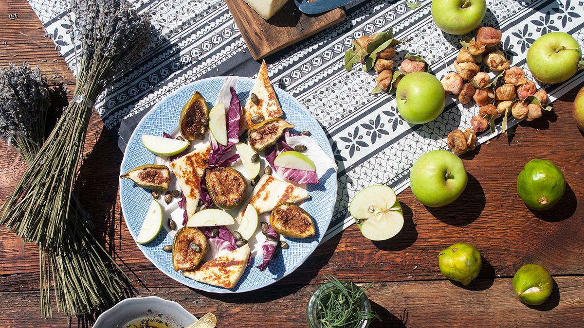 Sałatka ze świeżymi figami i grillowanym kozim serem