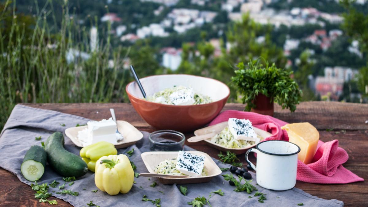 Sałatka z białej kapusty z serem feta i czarnuszką