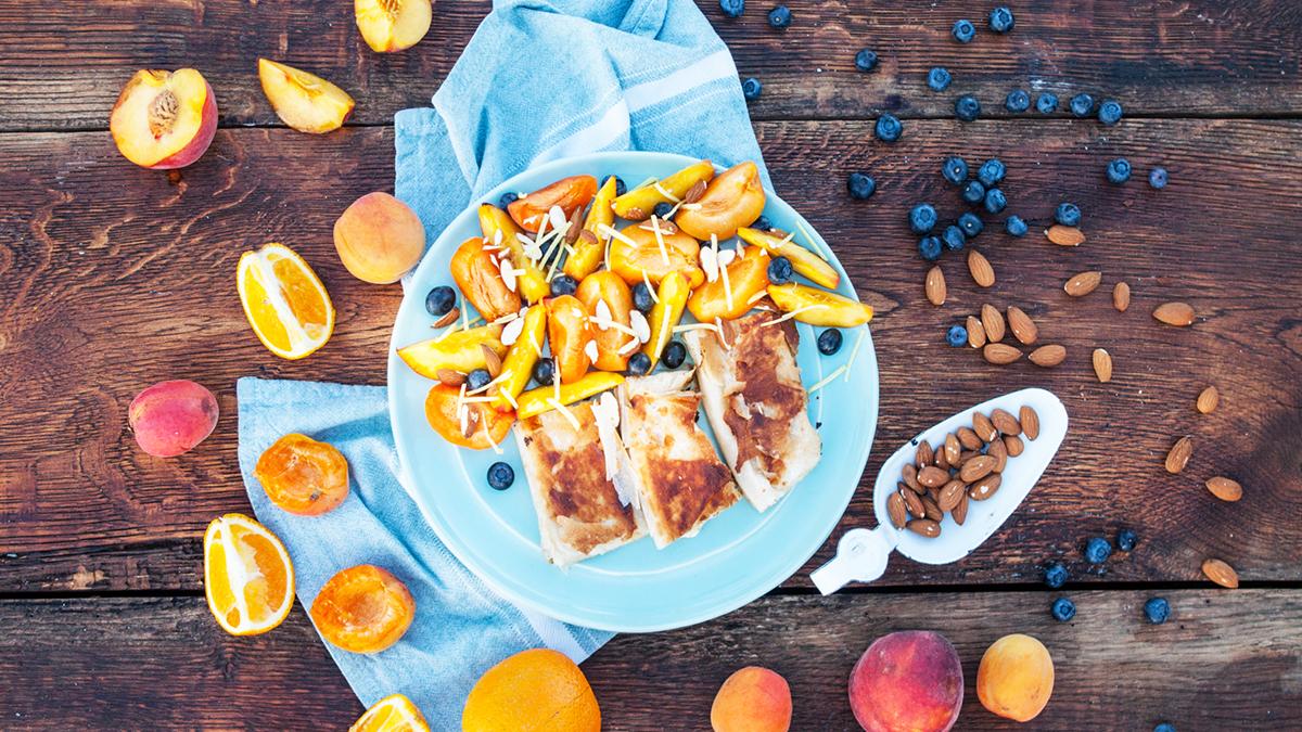 Deser z ciasta filo i sałatki owocowej