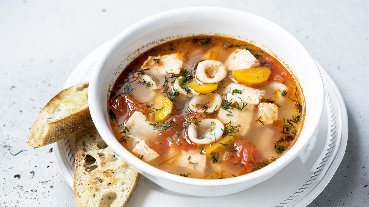 Zupa rybna z kalmarami