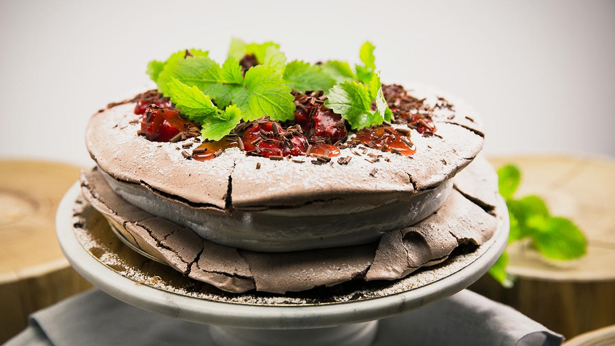 Czekoladowy tort bezowy z truskawkami i rabarbarem