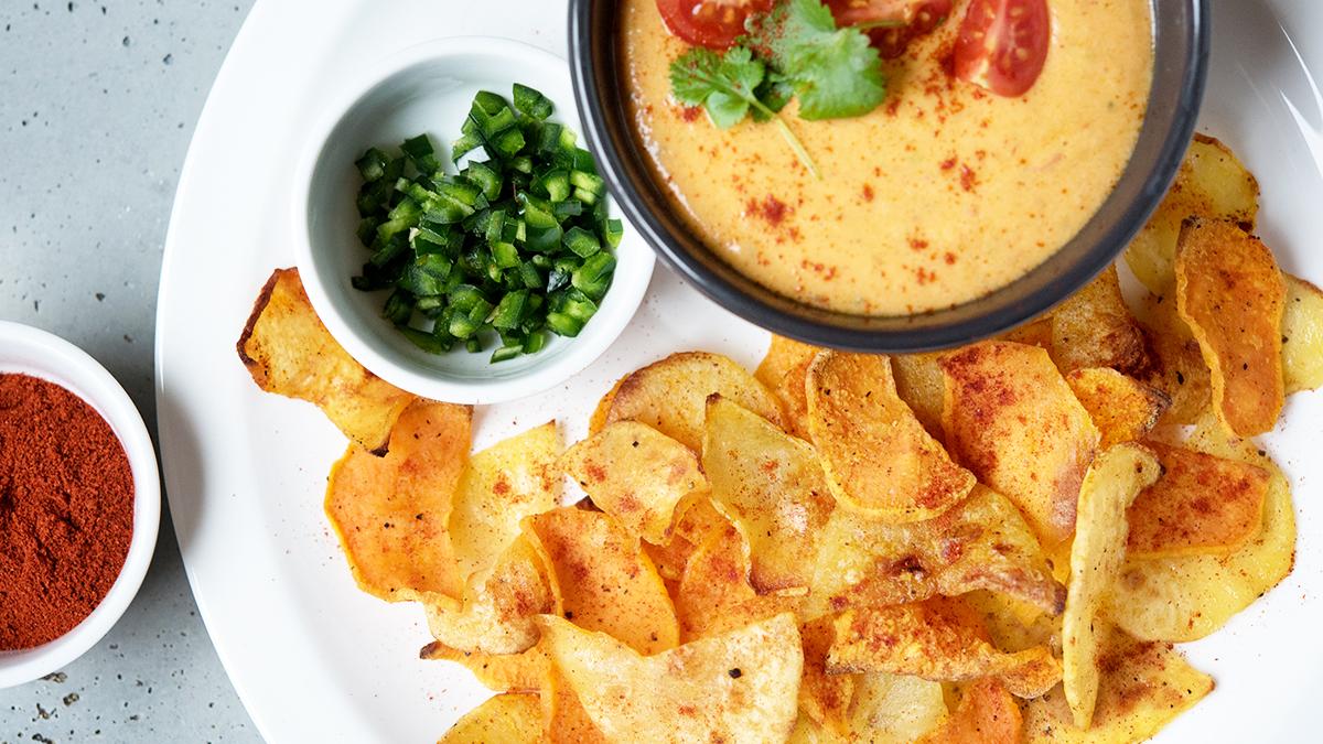 Chipsy z batatów i ziemniaków z wędzoną papryką z sosem queso