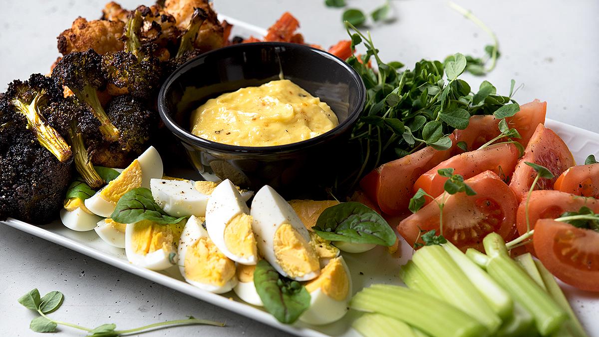 Pieczony kalafior, karmelizowane marchewki z sezamem i jaja z aioli prowansalskim