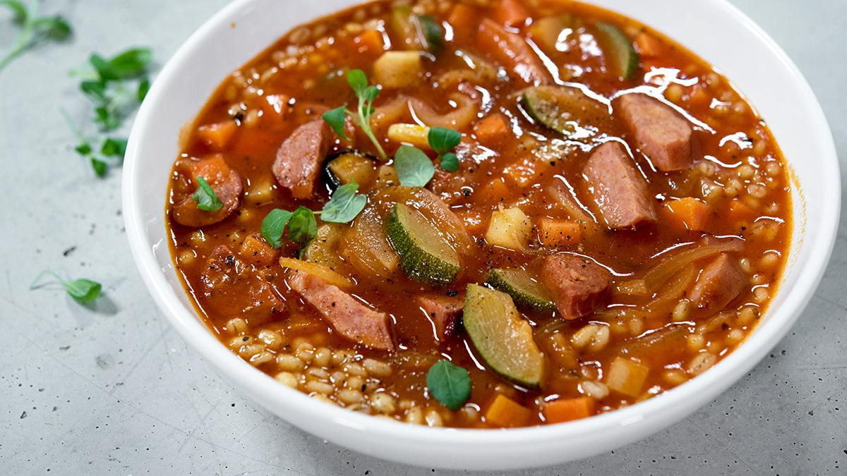 Prosta zupa jesienno-zimowa z kaszą pęczak i kiełbasą