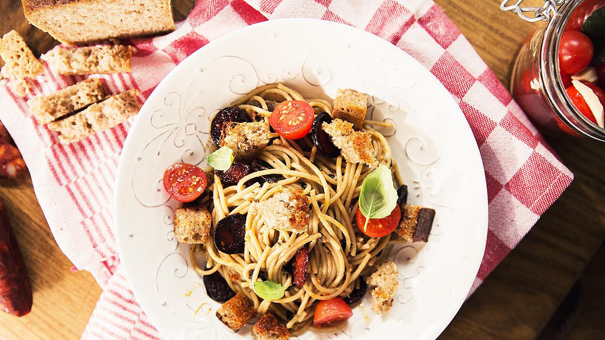 Makaron z chlebem, smażonymi kaparami i kiszonymi pomidorkami