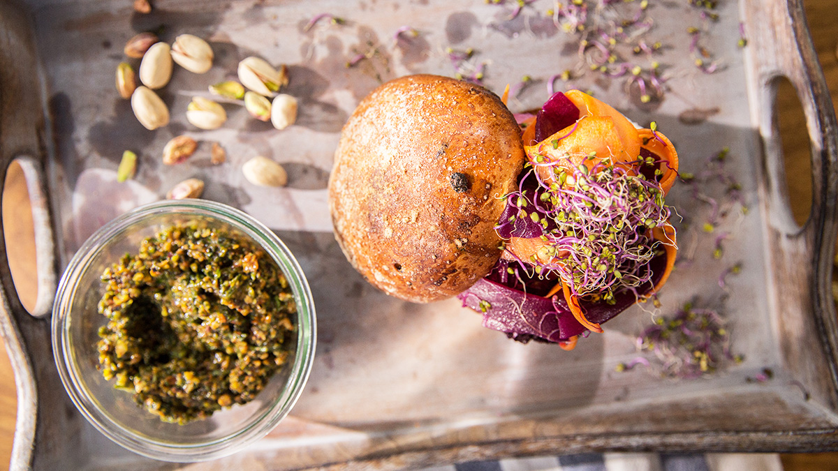 Maślana bułka z kiszonymi burakami i kozim serem z pesto