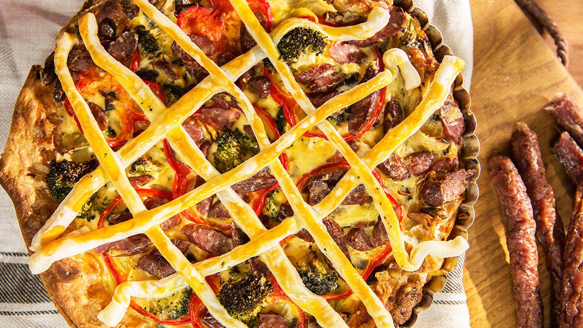 Tarta z kabanosami i domowym warzywnym sosem
