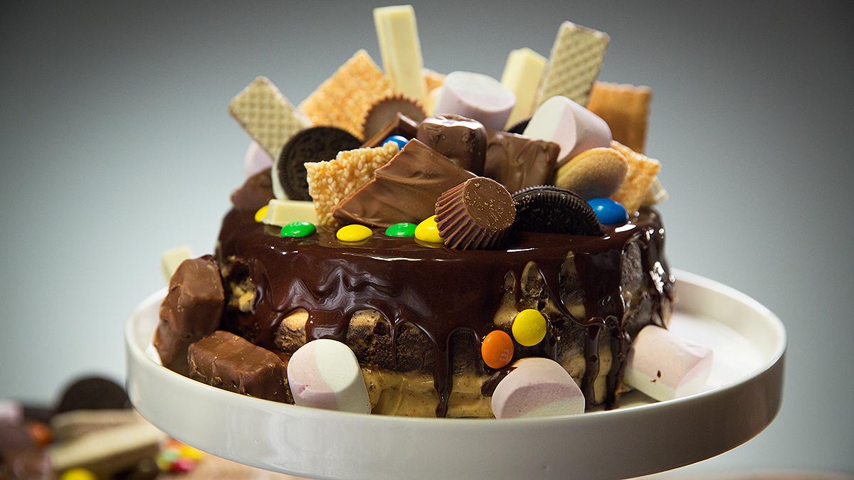 Tort czekoladowy z kremem z orzeszków ziemnych