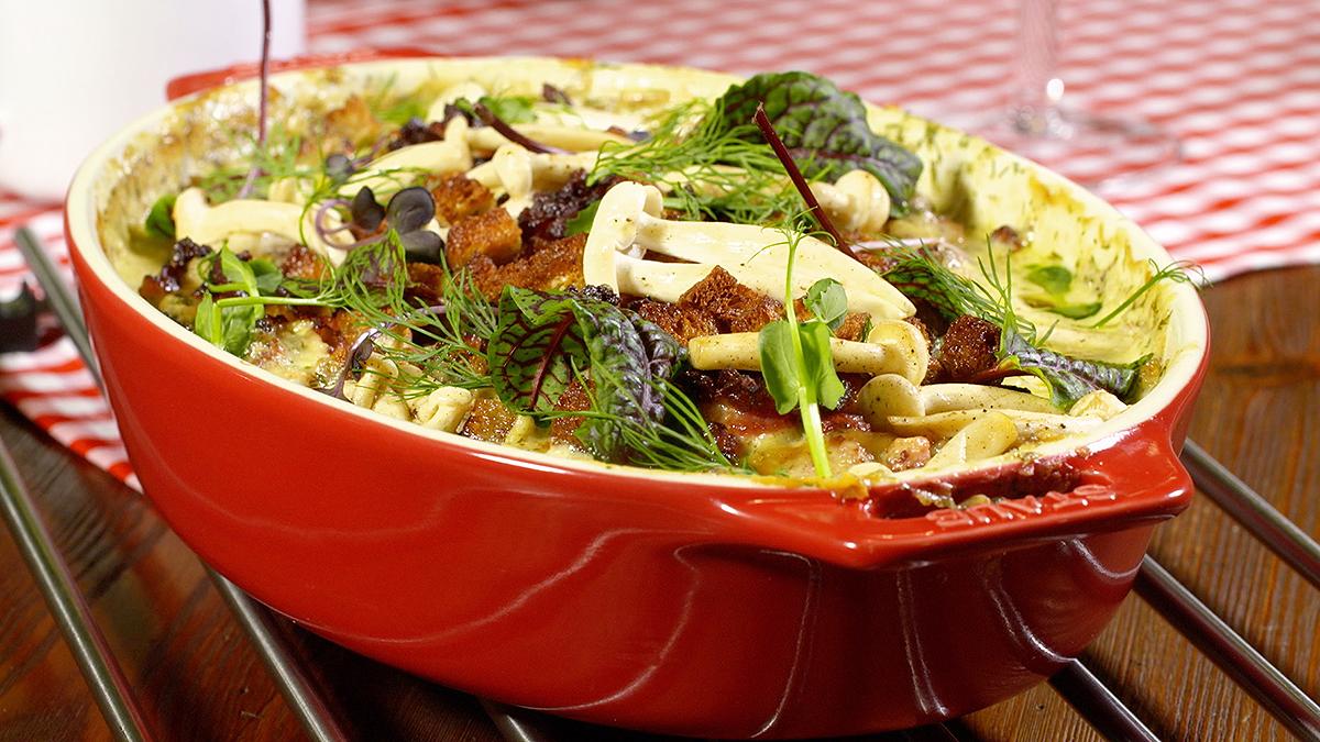 Gołąbki z dorszem, zapiekane z boczkiem, sosem cydrowym i grzankami