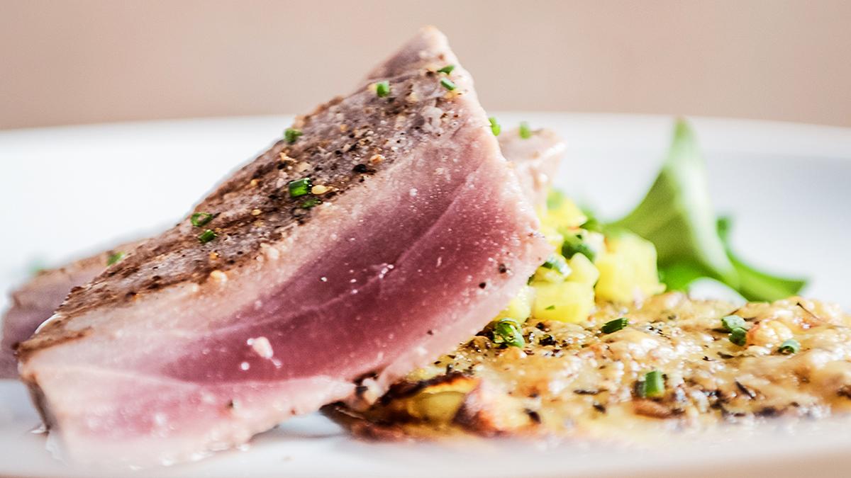 Steki z tuńczyka z salsą z rukoli i mango