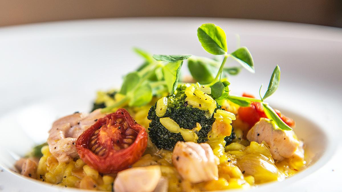 Risotto z łososiem, brokułami i pomidorami