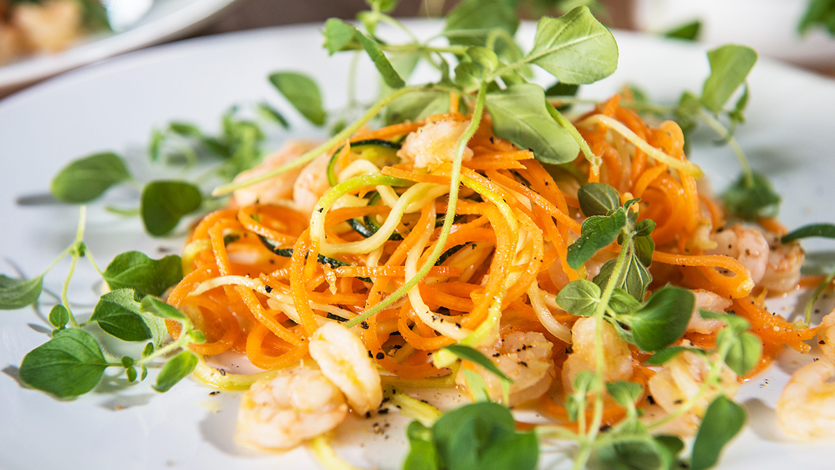 Spaghetti z marchewki i cukinii z krewetkami