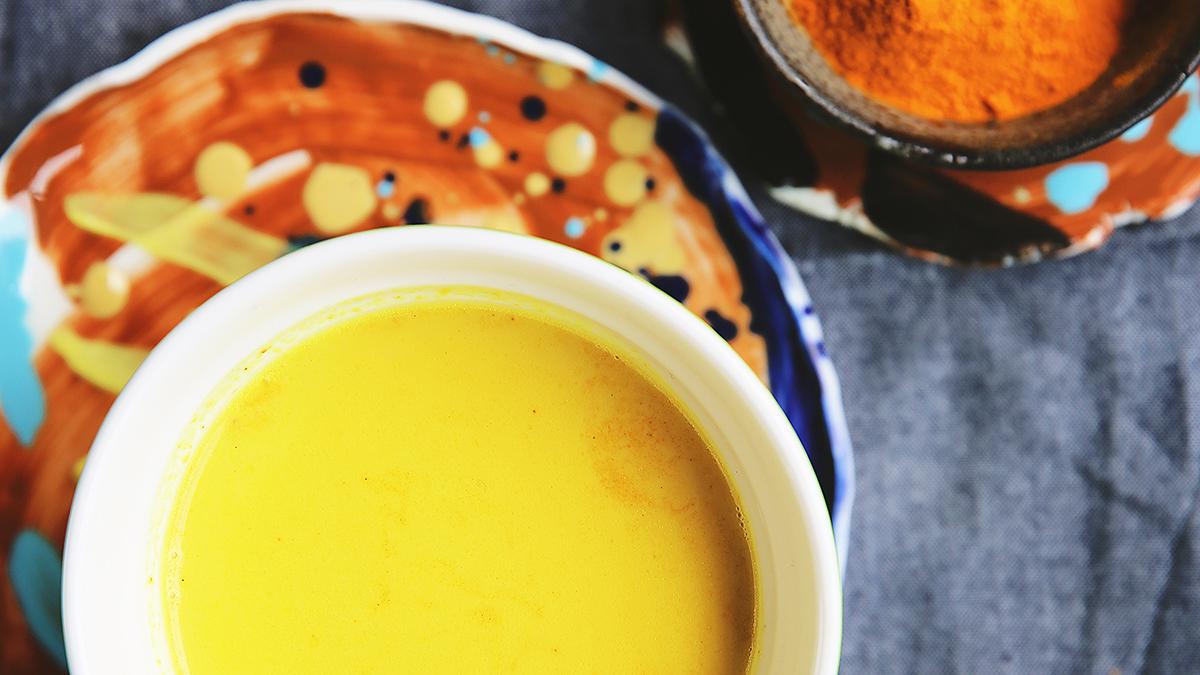 Złote mleko z kurkumową pastą