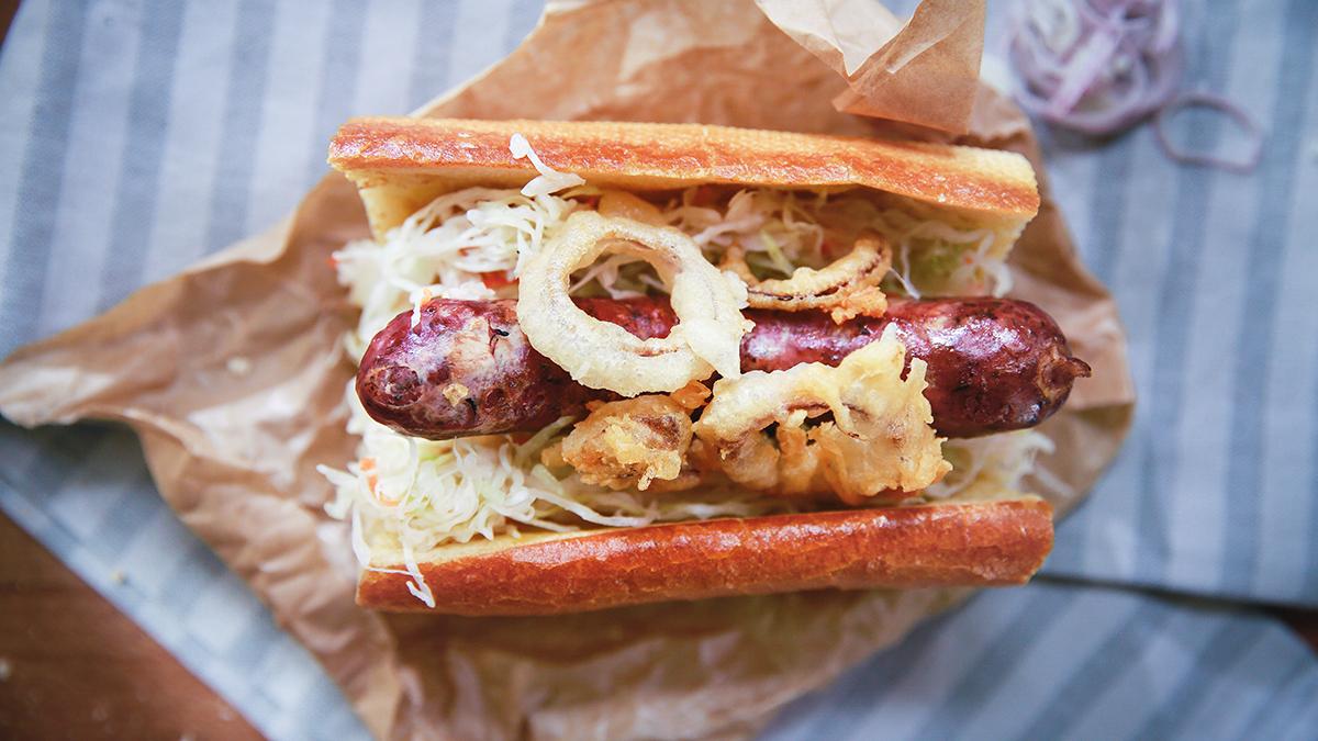 Hot dog z kiełbasą z dziczyzny