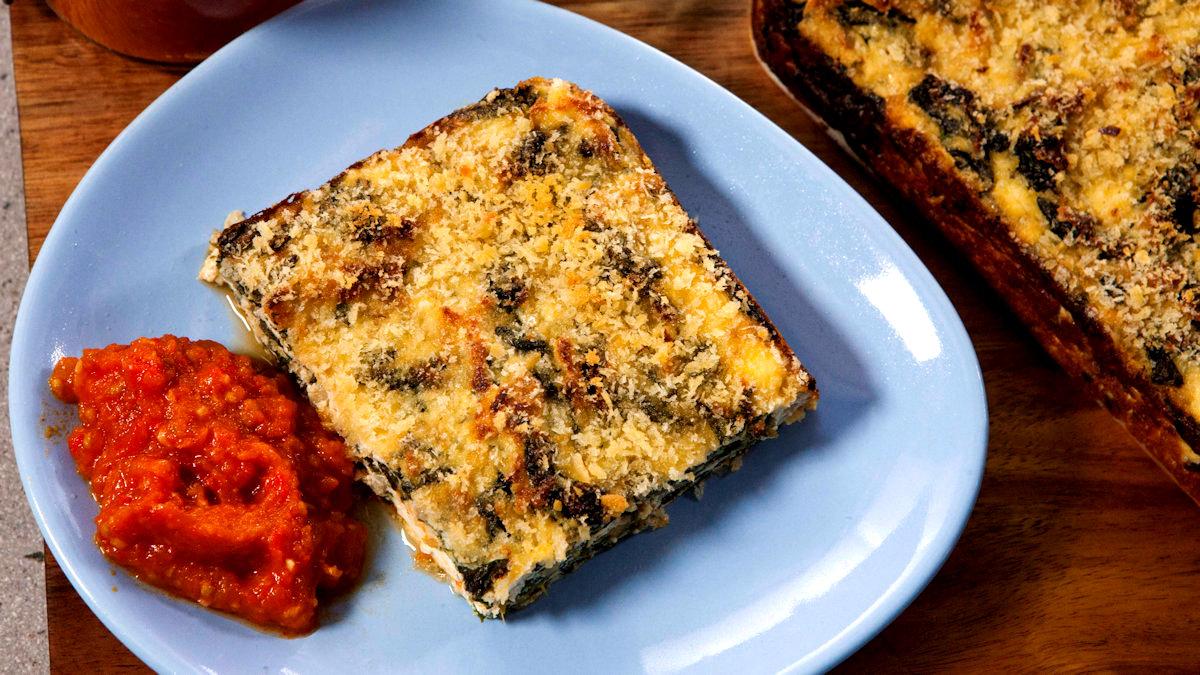 Zapiekany szpinak z ricottą i chutneyem pomidorowo-czosnkowo-poparykowym