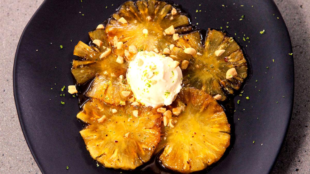 Ananas z solonymi orzeszkami i lodami kokosowymi