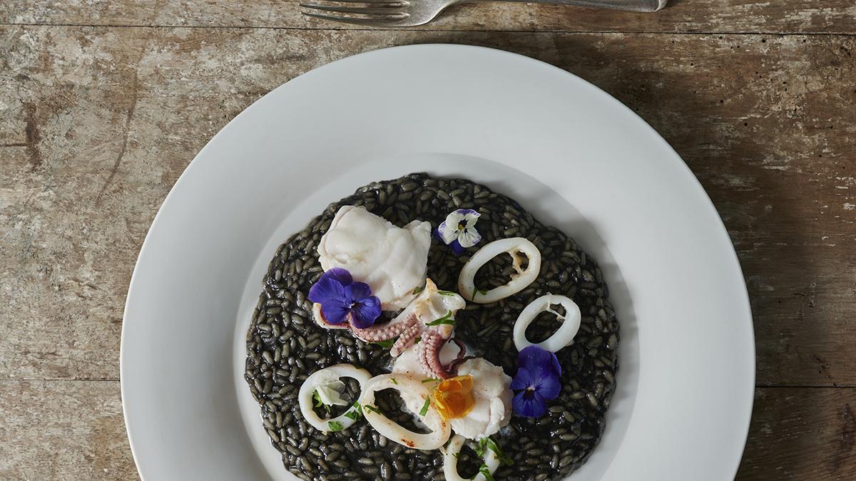 Risotto z kalmarami, grillowaną żabnicą i kwiatami