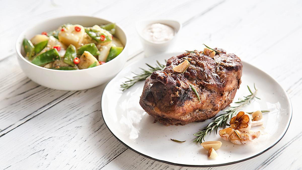Pieczeń wieprzowa z łopatki z daktylami i sosem orzechowym