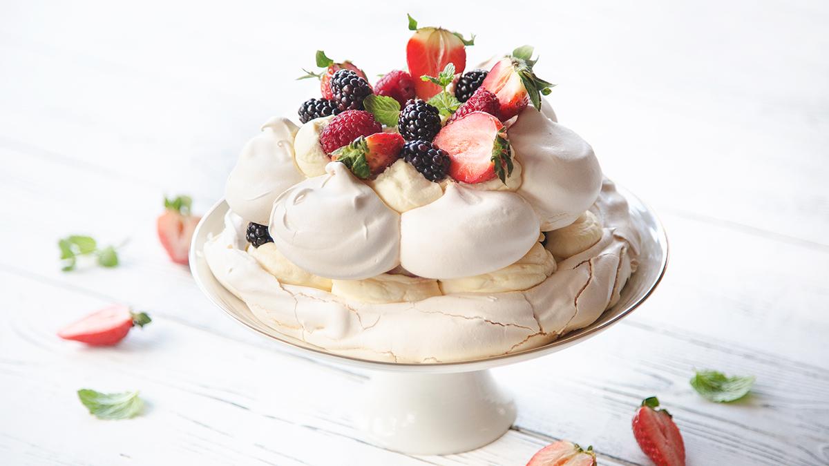 Tort bezowy z owocami i kremem różanym