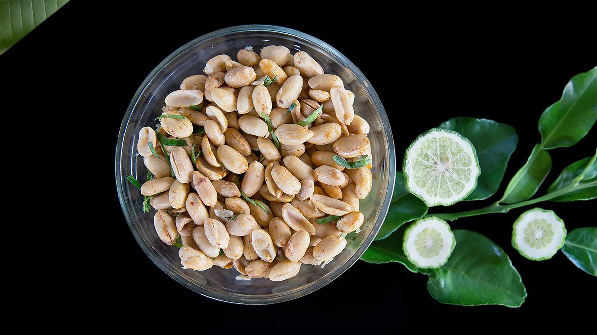 Orzechy z liśćmi kaffiru