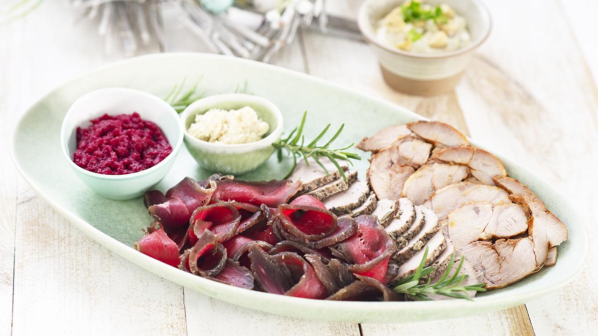 Półmisek pieczonych i marynowanych mięs