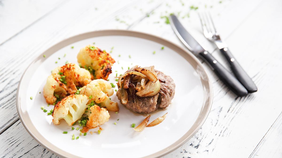 Bryzol wołowy z cebulą i zapiekanym kalafiorem