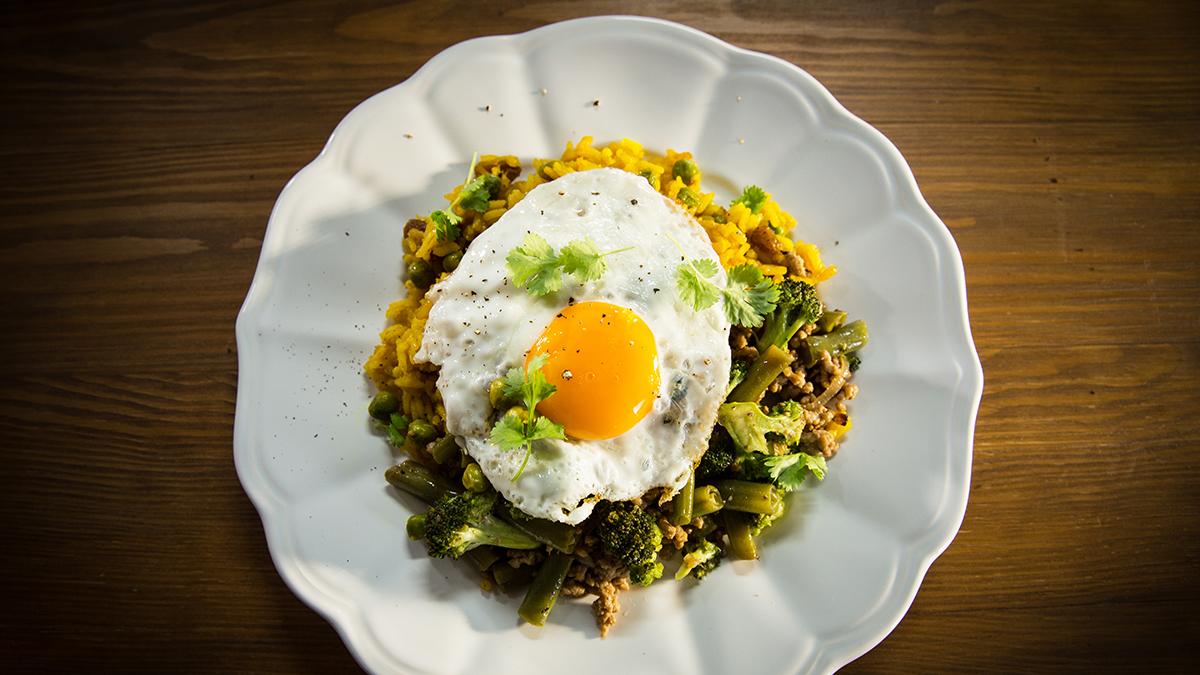 Gulasz z ryżem, warzywami i jajkiem sadzonym