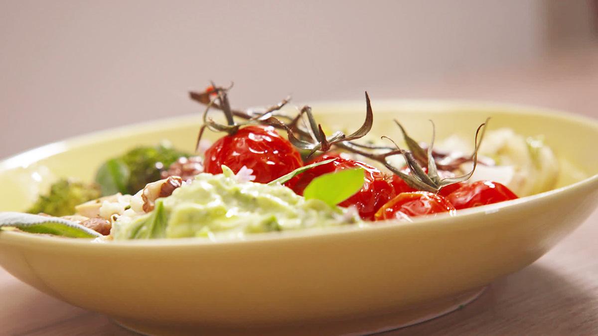 Pieczone warzywa z kaszą jaglaną i dipem z awokado