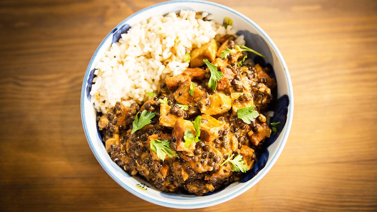 Curry z czarnej soczewicy