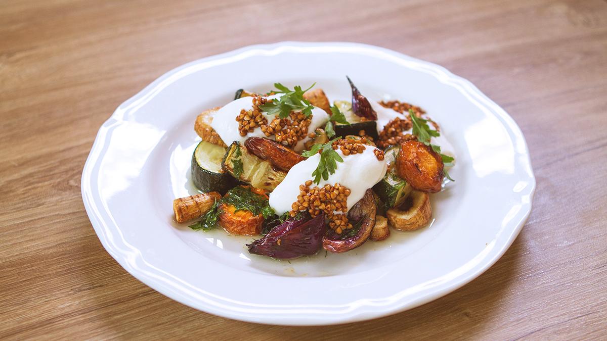 Pieczone brzydkie warzywa z musem z koziego sera i chrupkami z kaszy gryczanej