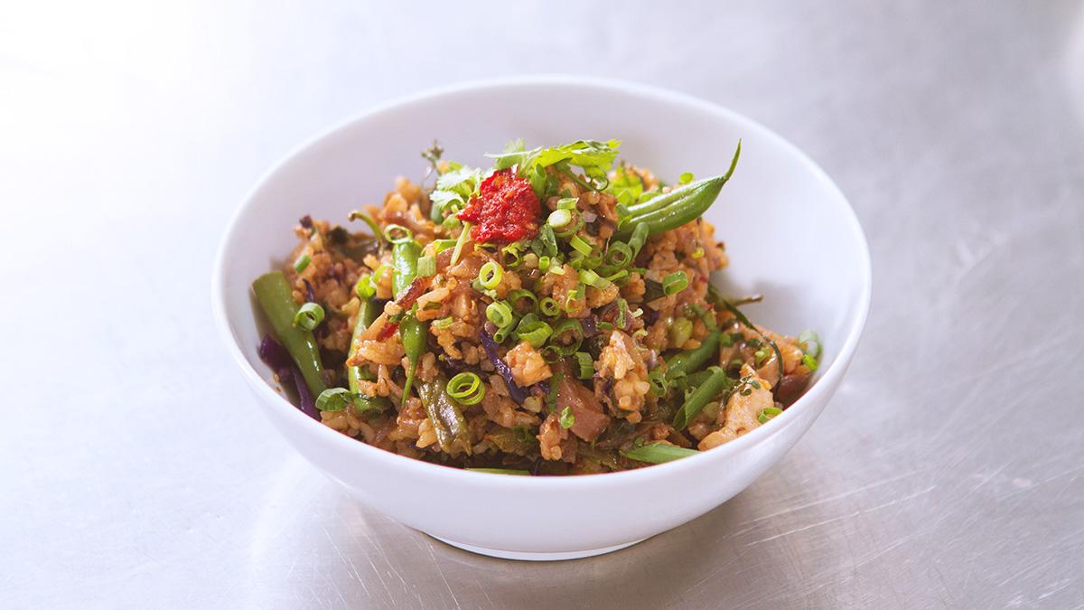 Smażony ryż z warzywami i kurczakiem w stylu nasi goreng