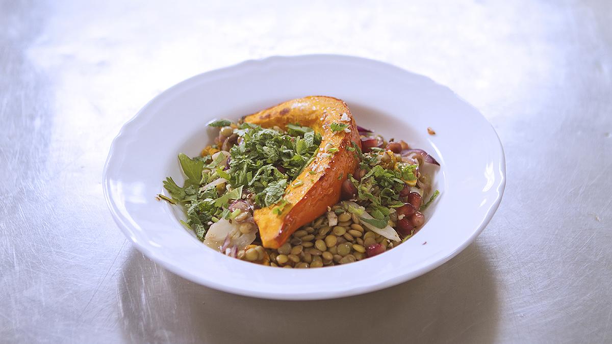 Stek z dyni z koprem włoskim, zieloną soczewicą, sokiem z pomarańczy i granatem