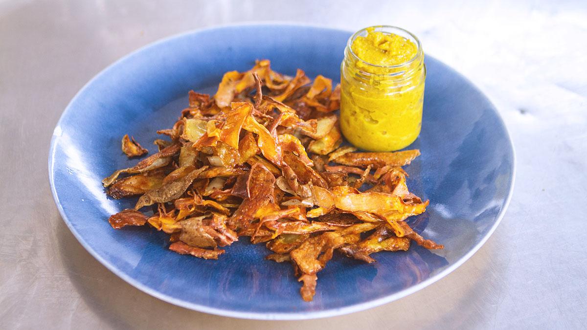 Chipsy z obierków z ziemniaków i batatów z ketchupem z przejrzałych bananów
