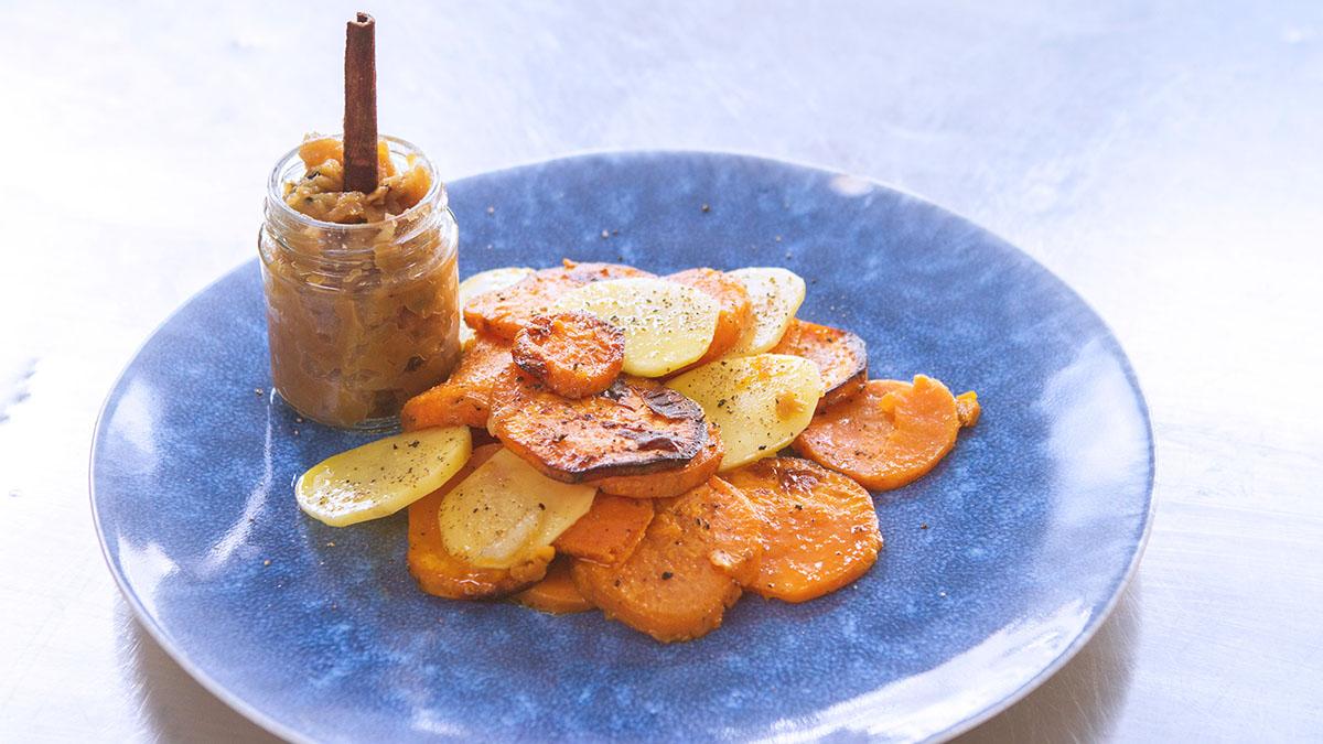 Pieczone ziemniaki i bataty z chutneyem z obitych jabłek