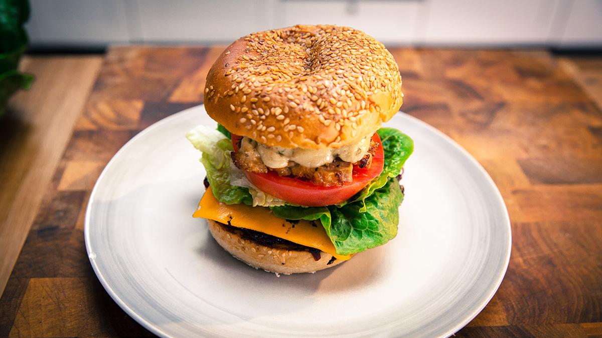 Burger z kaczki z konfiturą z czerwonej cebuli