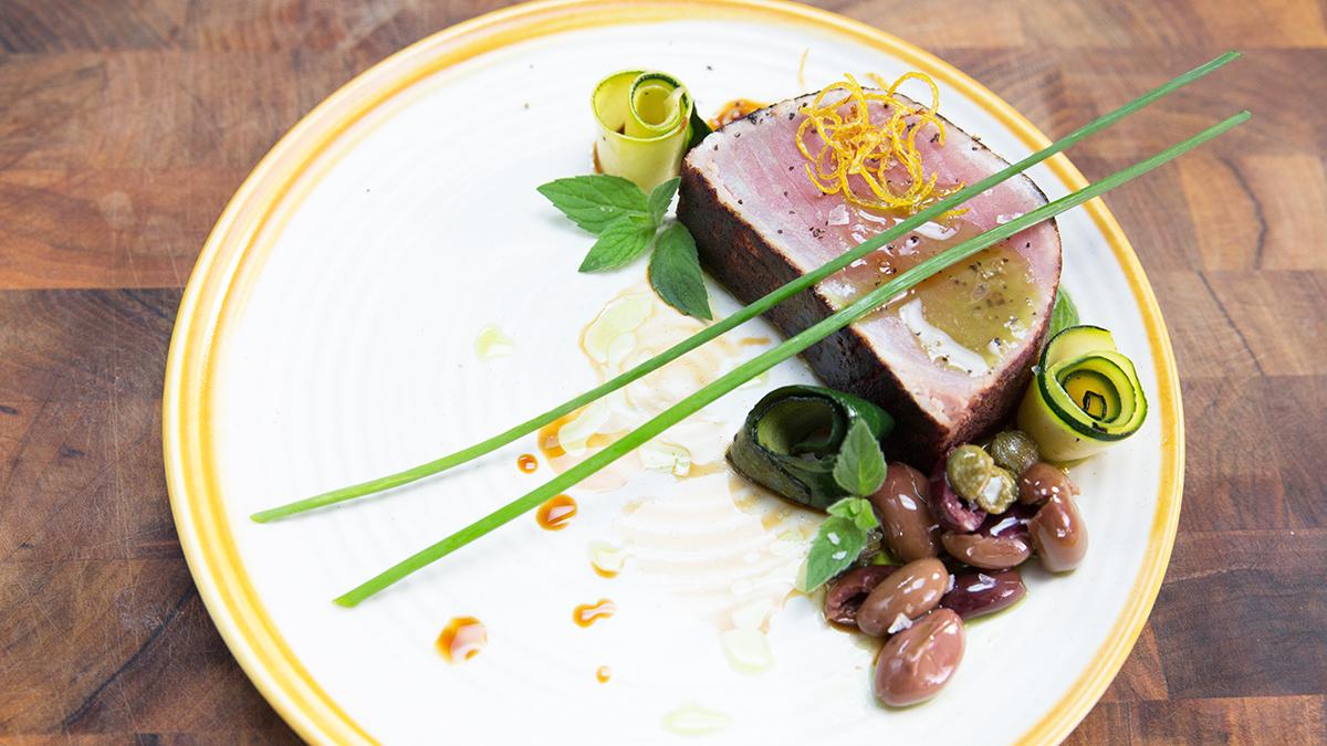 Steki z tuńczyka z oliwkami, rozmarynek i korzennymi przyprawami