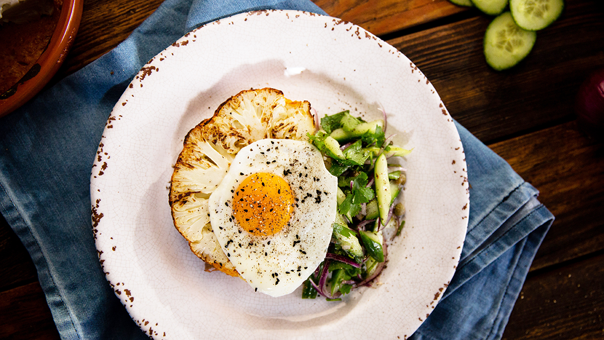 Stek z kalafiora z jajkiem i sałatką z ogórka